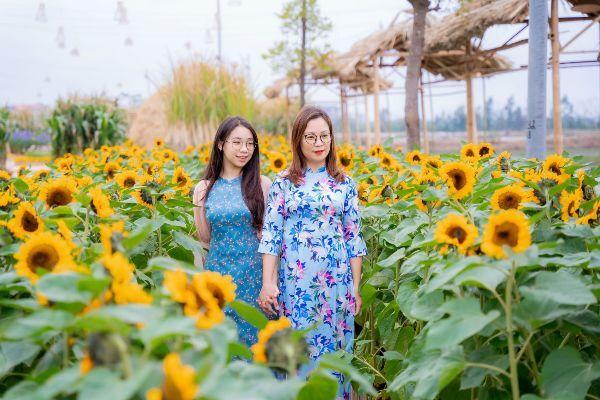 Áo dài duyên dáng ở đường hoa Home Hanoi Xuân