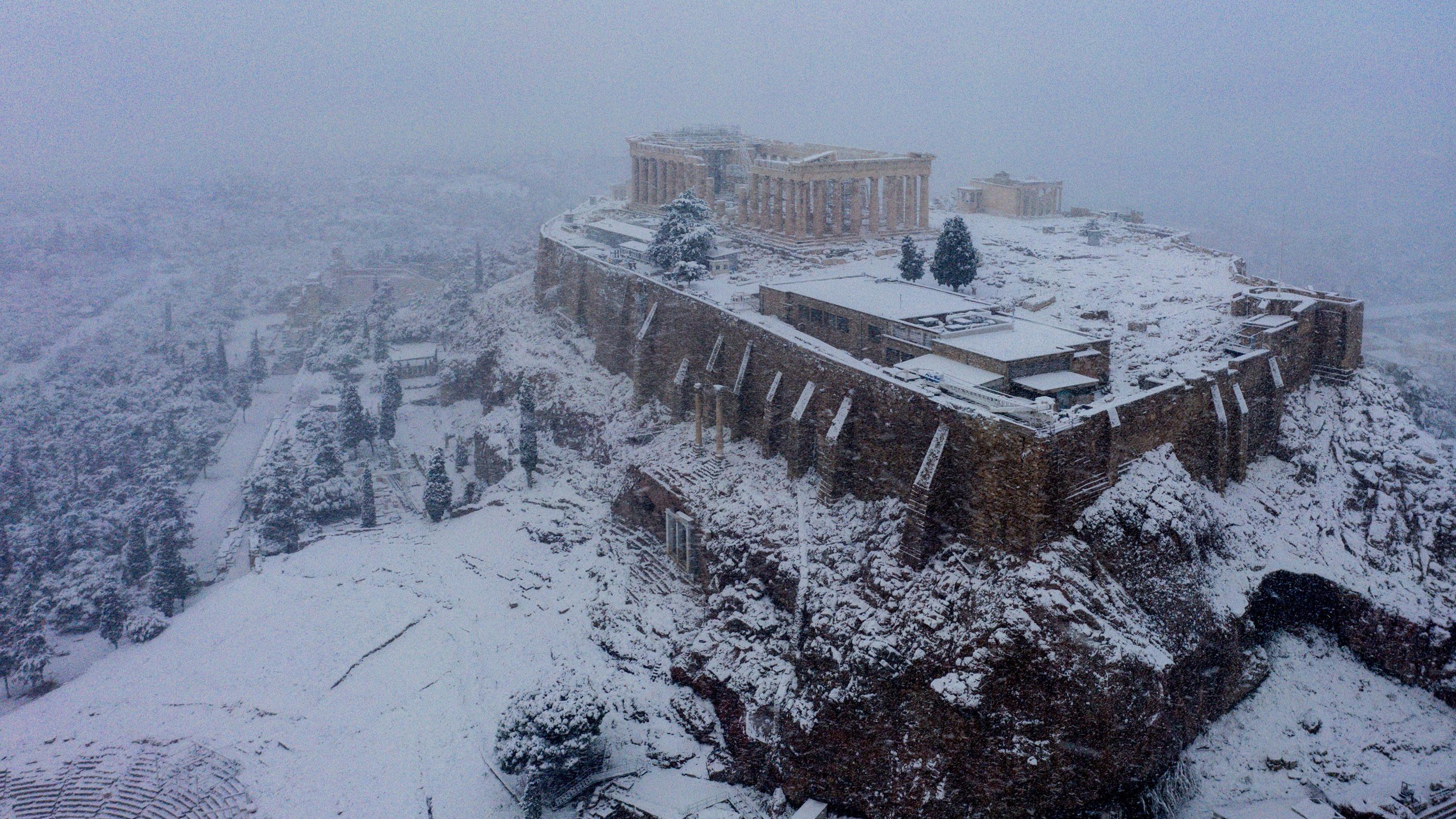Lần hiếm hoi tuyết rơi trắng xóa trên đỉnh Đền Parthenon Hy Lạp