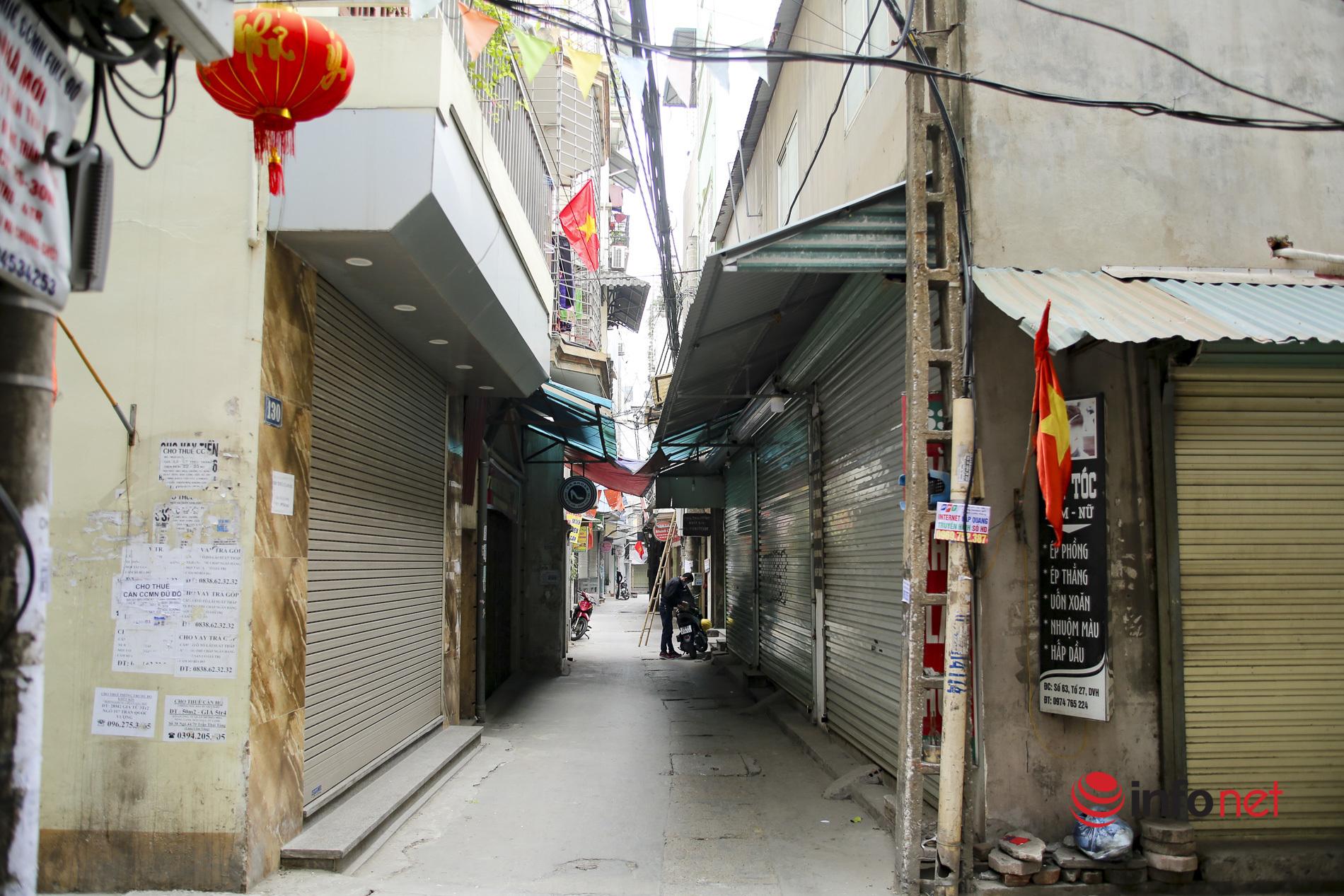 Quán cơm văn phòng, bún phở, cà phê đóng cửa im lìm, hè phố Hà Nội thông thoáng