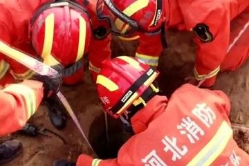 Cận cảnh giải cứu bé trai 7 tuổi bị rơi xuống giếng sâu 30m