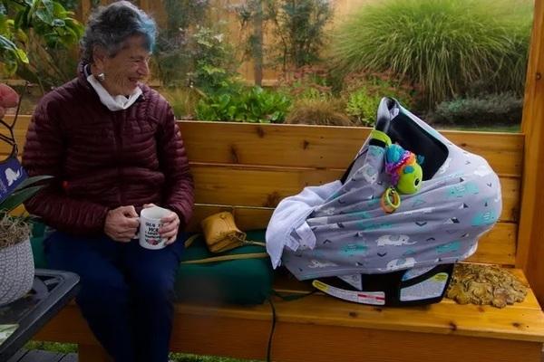 Bí quyết giúp cụ bà 90 tuổi đi bộ 10 km trong tuyết để tiêm vắc-xin Covid-19