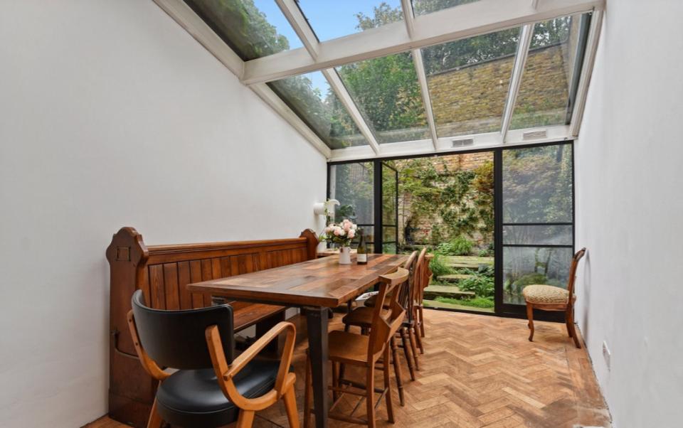 Cận cảnh bên trong đẹp long lanh của ngôi nhà mỏng nhất nước Anh