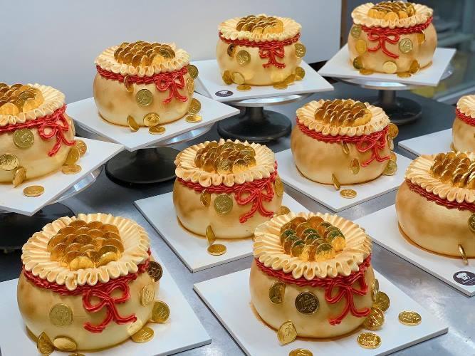 Bánh cúng Thần Tài độc lạ hút khách, thợ bánh thức thâu đêm làm hàng vạn chiếc