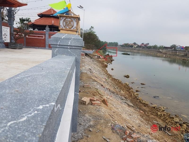 """Nhà thờ """"khủng"""" ở Hà Tĩnh mọc sừng sững lấn chiếm kè sông, địa phương không ai hay biết"""