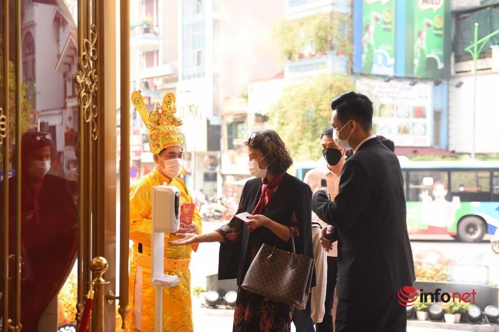 'Ôm' cả cục tiền đi mua vàng, 'phố vàng' Hà Nội nhộn nhịp trước ngày vía Thần Tài