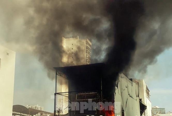 Cháy nghi ngút cạnh chợ ở Nha Trang, hàng trăm tiểu thương hoảng loạn