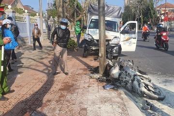 Lâm Đồng: Bị ô tô tông mạnh, xe máy lao lên vỉa hè bốc cháy ngùn ngụt