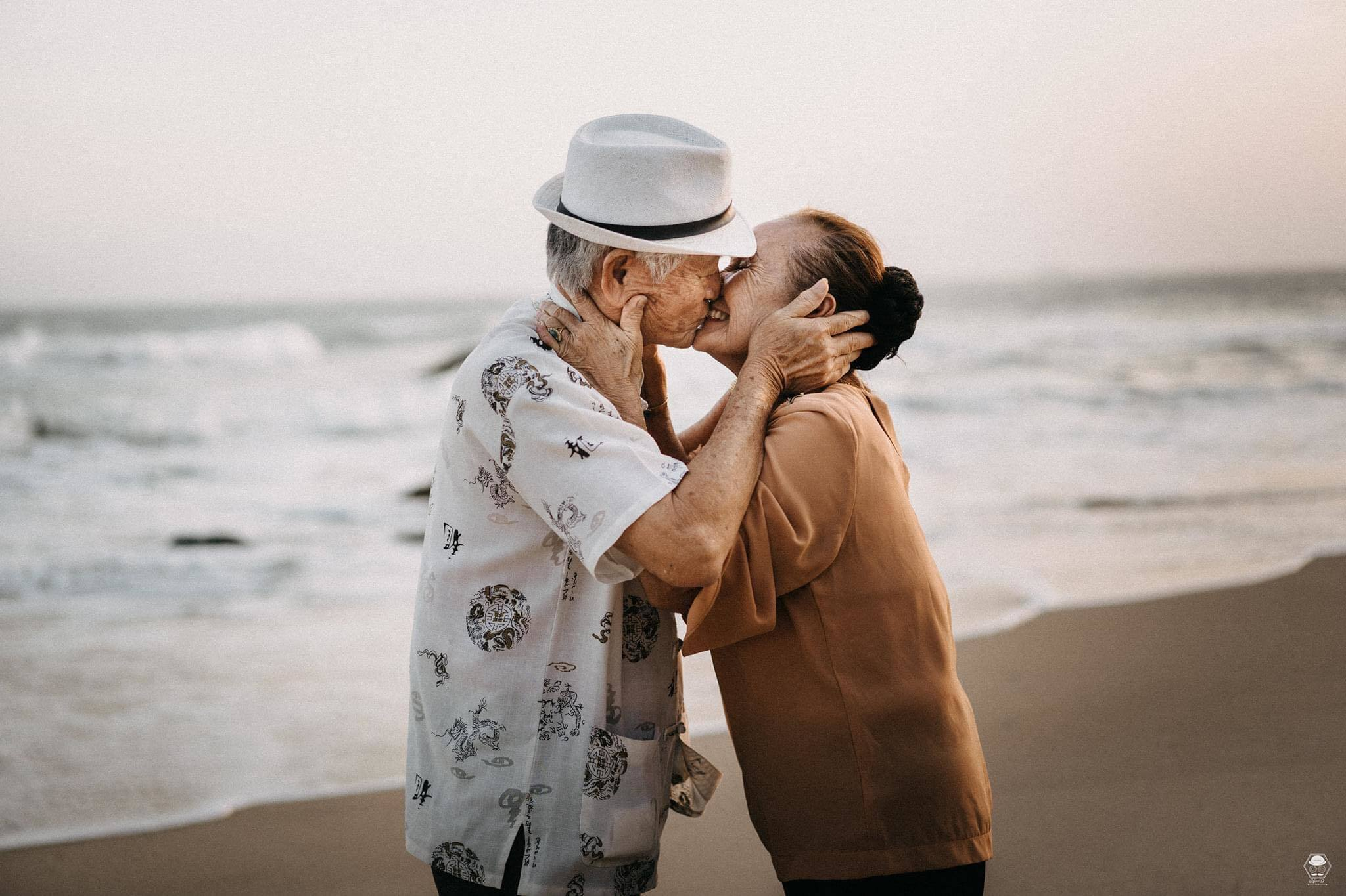 Dân mạng tan chảy trước bộ ảnh 'mái đầu bạc, tình yêu xanh' của cặp vợ chồng già