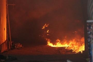 Bình Dương: Dãy ki ốt bốc cháy dữ dội lúc sáng sớm, người dân hốt hoảng