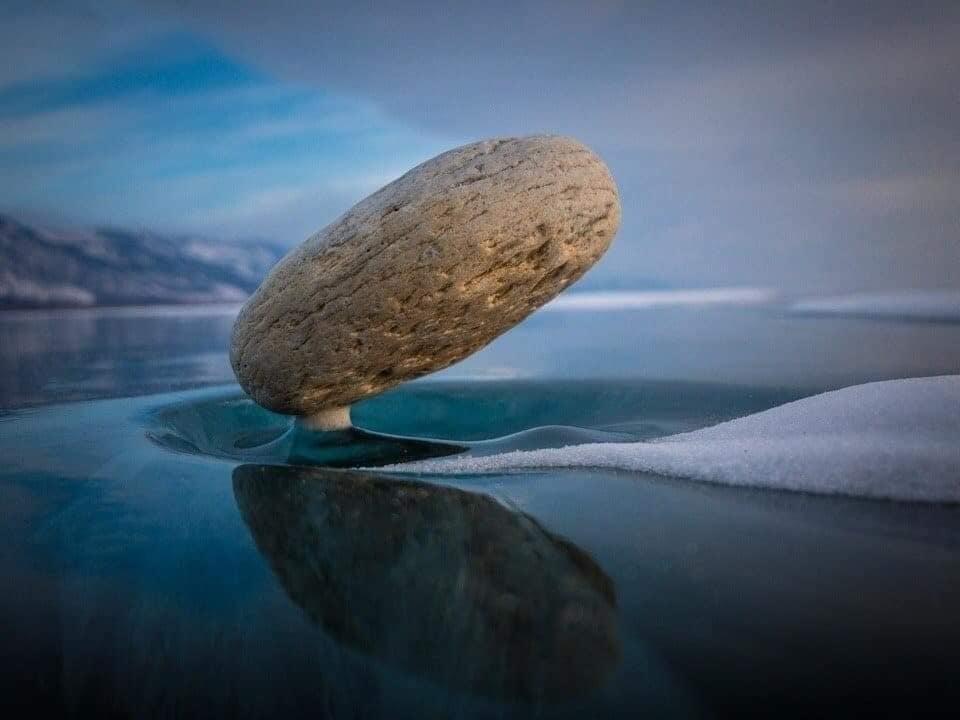 Hiện tượng lạ khiến tảng đá 'nổi trên mặt nước'