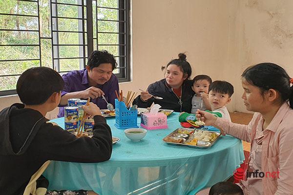 Ông Đoàn Ngọc Hải phục vụ quán cơm để giúp đỡ người nghèo
