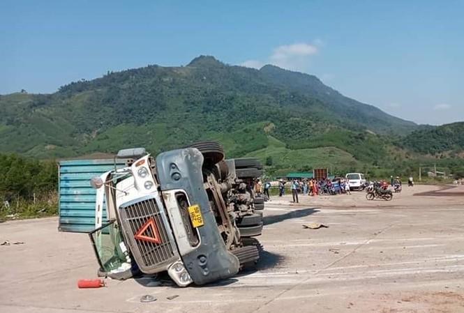 Quảng Bình: Xe container lật, đè chết 2 người đi đường