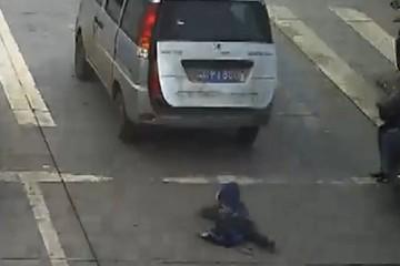 Cậu bé 4 tuổi ngã lăn giữa đường đông đúc sau khi rơi khỏi ô tô