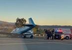 Mỹ: Máy bay lao xuống cao tốc, đâm vào ô tô đang chạy