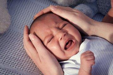 Cha mẹ mắt thâm quầng mòn mỏi dỗ con khóc dạ đề, thử cách của bác sĩ khoa sơ sinh xem sao!