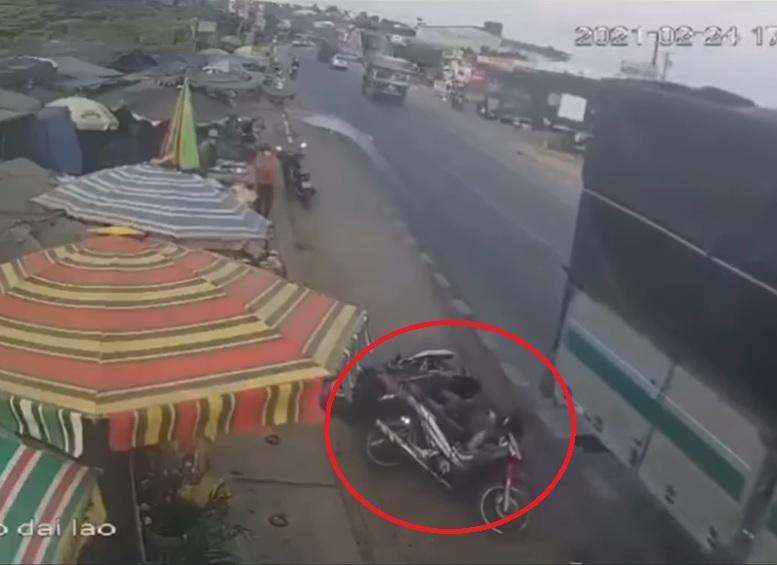 'Hung thần' xe tải vượt ẩu khiến 2 mẹ con đi xe máy gặp nạn hú hồn