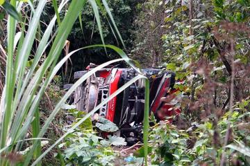 Xe ô tô khách mất lái lao xuống vực sâu, 2 người thương vong