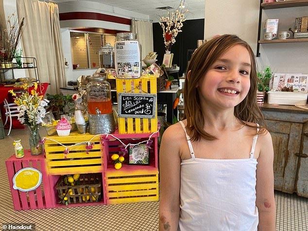 Bài học quý báu đằng sau câu chuyện xúc động cô bé 7 tuổi bán nước chanh
