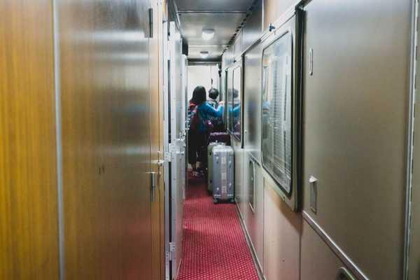 Pha liều mình dùng vali chắn cửa để lên tàu cao tốc ở Trung Quốc
