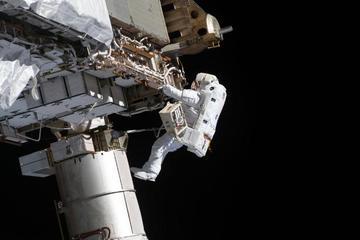 Nín thở xem khoảnh khắc phi hành gia NASA bước ra ngoài không gian