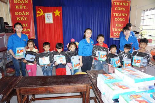 Phú Thọ: Trao học bổng và quà Tết cho học sinh nghèo