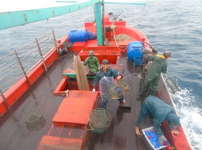 Lau mỏ neo bằng nước ngọt, quỳ lạy thần biển suốt 2 tuần, 'cười bể bụng' suốt chuyến ra khơi đầu đời