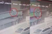 Clip: Góc quay rõ nét nhất khi anh Nguyễn Ngọc Mạnh đưa tay đỡ bé gái