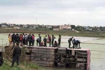 Tránh xe máy rẽ ẩu, ô tô chở 40 công nhân lao xuống ruộng