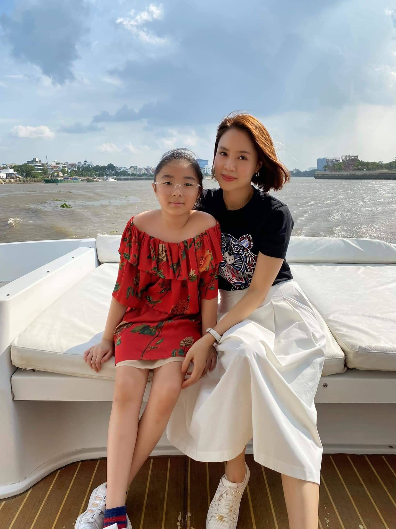 Mẹ hai con Hồng Diễm U40 vẫn giữ được nhan sắc đỉnh cao