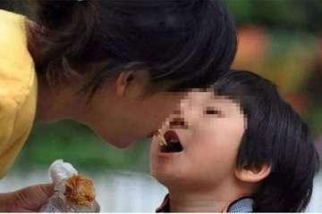 Trẻ nhỏ đã loét dạ dày nặng, nguyên nhân do thói quen mớm cơm cho trẻ
