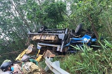 Huế: Ô tô chở máy múc đổ đèo A Co lật ngửa, 3 người bị thương