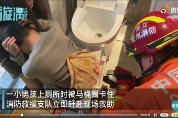 Lính cứu hỏa giải cứu cậu bé rơi vào cảnh 'khó đỡ' trong nhà vệ sinh