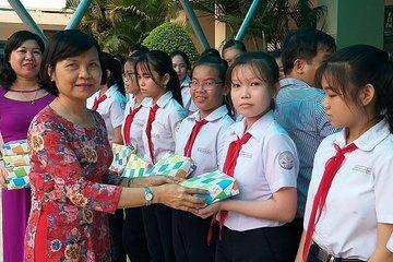 Nam Định: Trao học bổng cho học sinh mồ côi