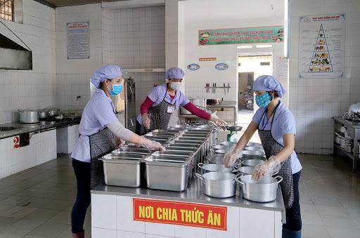 Hà Nội tăng cường kiểm soát an toàn thực phẩm trong bữa ăn trường học