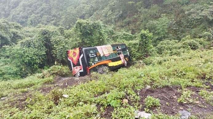 Quảng Bình: Xe khách lao xuống vực, 22 hành khách hoảng loạn đập cửa kính thoát thân