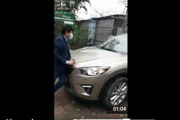 Người đàn ông không khai báo y tế, lao thẳng xe vào bệnh viện mặc Giám đốc chặn lại