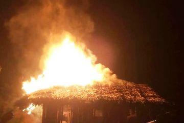 Nghệ An: Xin tiền mẹ không cho, thanh niên 21 tuổi châm lửa đốt nhà cháy rụi