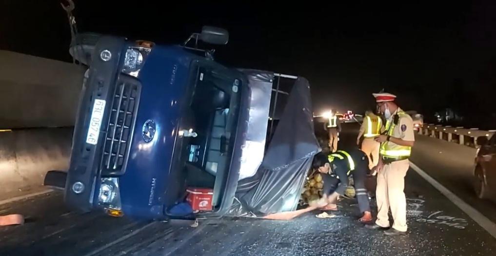 Cao tốc Trung Lương kẹt cứng, nhân viên cứu hộ chạy bộ 2km mở đường cho xe cấp cứu