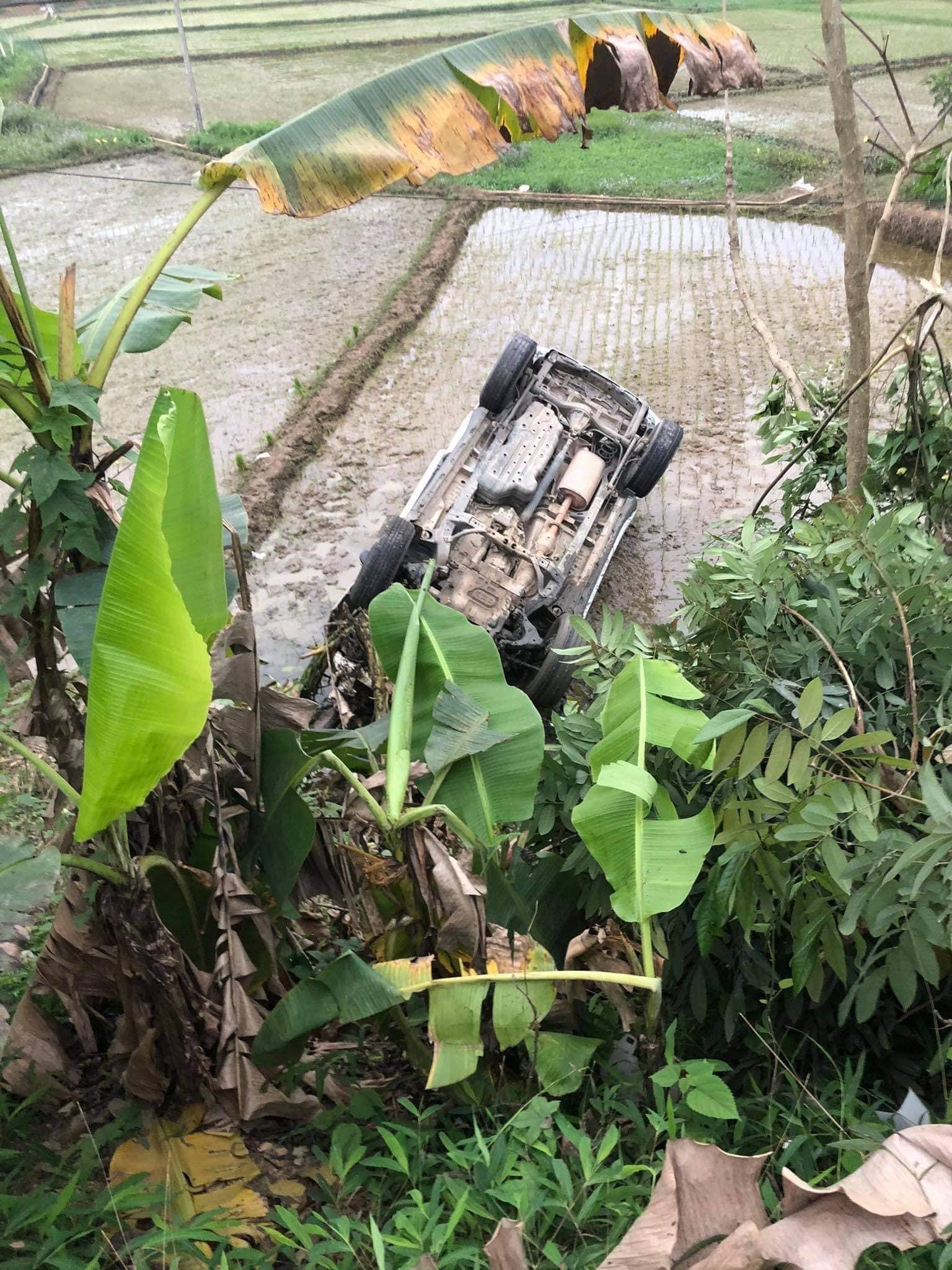 Xe cứu thương lật ngửa dưới ruộng, bệnh nhân đeo bình oxy đi gột bùn