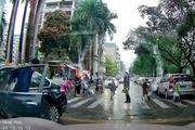 Sốc trước cảnh ô tô lao qua chỗ học sinh xếp hàng sang đường