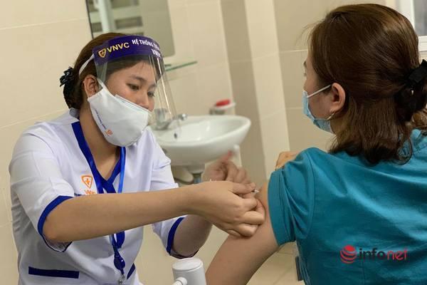 30 cán bộ, nhân viên y tế đầu tiên của Hà Nội tiêm vắc xin Covid-19