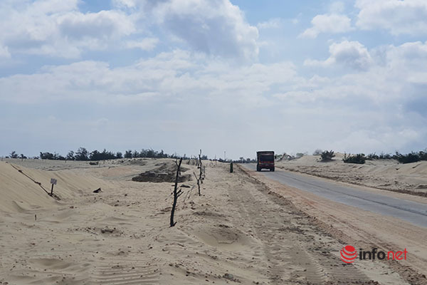 Huế: Công trường khai thác titan sát đường giao thông, người dân nơm nớp sợ rơi hố
