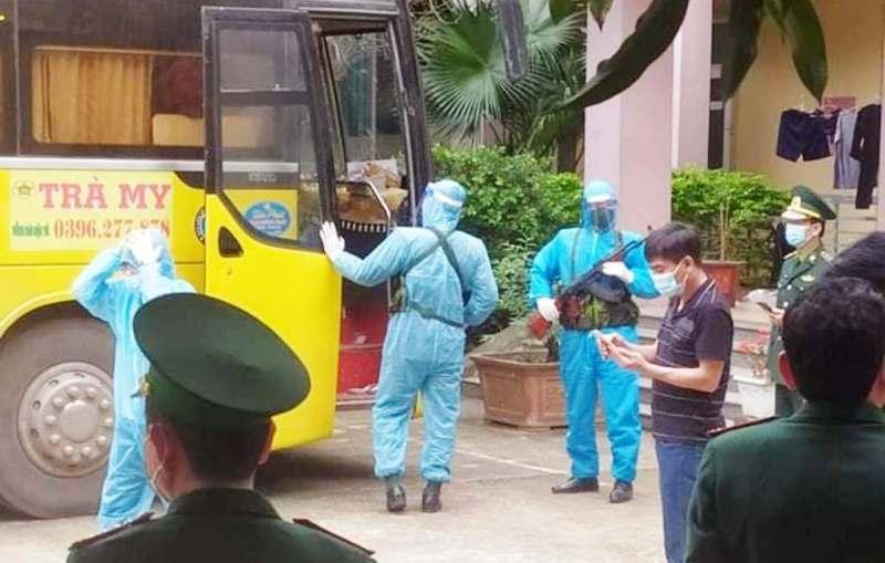 Nghệ An: Phát hiện xe khách chở hơn 50 người Trung Quốc nghi nhập cảnh trái phép