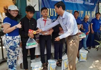Quảng Nam: Trao 100 suất quà và học bổng cho học sinh nghèo