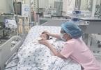 Bé 15 tháng tuổi nguy kịch vì tay chân miệng, 3 dấu hiệu cha mẹ cần nhớ