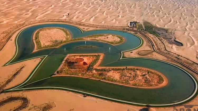 Hồ tình yêu với hai trái tim lồng vào nhau giữa sa mạc đẹp xuất sắc ở Dubai