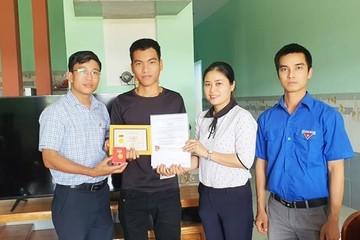 Quảng Nam: 'Người hùng' cứu sống 3 em học sinh bị đuối nước nhận huy hiệu Tuổi trẻ dũng cảm