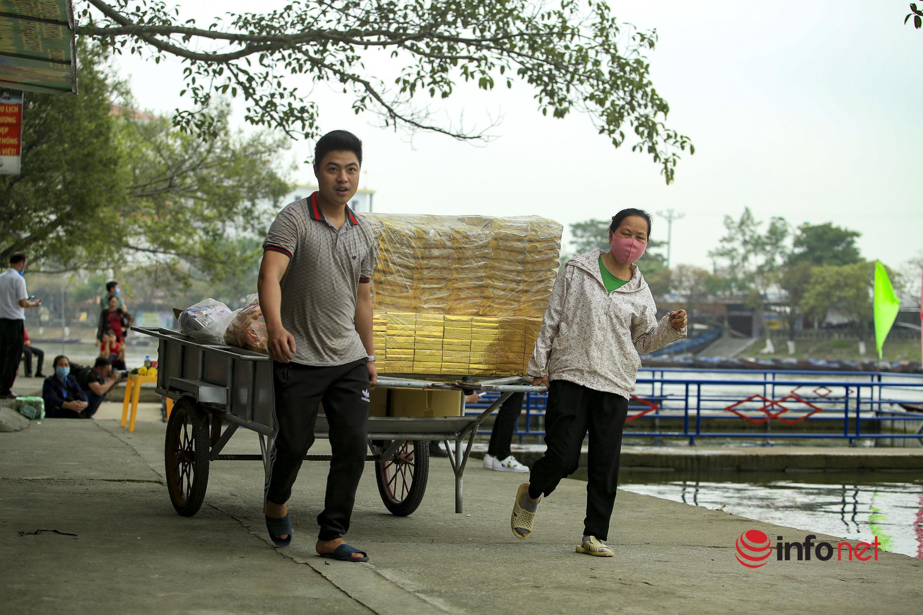 Chùa Hương mở cửa, bến thuyền, nhà hàng náo nức chờ khách