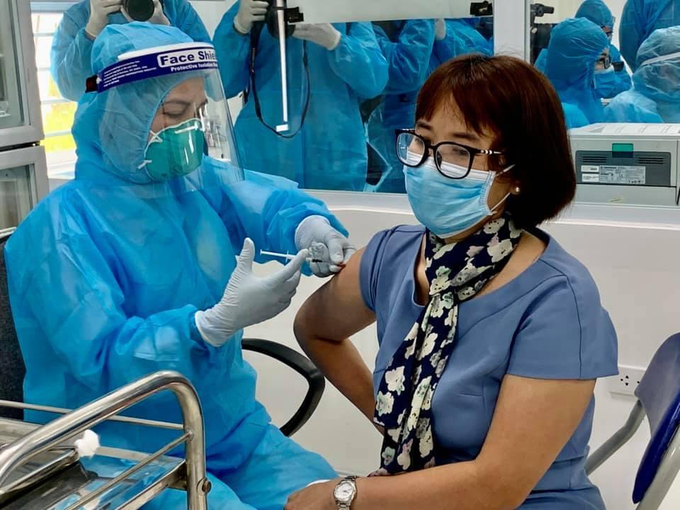 Nhiều nước dừng tiêm vắc xin AstraZeneca, Việt Nam có dừng không?