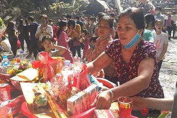 Dòng người tấp nập đổ về chùa Hương trong ngày đầu mở cửa, nhiều người 'quên' khẩu trang